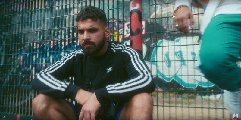 Mero ft. Brado Olé Olé OUTFIT: Trikot, Adidas, Sneaker, T